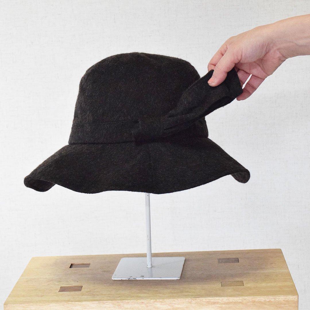 広いブリム(つば・ひさし)の上品なキャペリーヌ(つば広帽子)