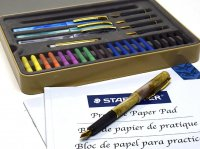 <img class='new_mark_img1' src='//img.shop-pro.jp/img/new/icons1.gif' style='border:none;display:inline;margin:0px;padding:0px;width:auto;' />STAEDTLER ステッドラー カリグラフィーセット