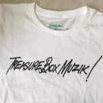 SASSA FRASS×TREASUREBOX-MUZIK TBM NAME LADY'S TEE (3COLOR)