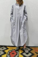 <img class='new_mark_img1' src='https://img.shop-pro.jp/img/new/icons20.gif' style='border:none;display:inline;margin:0px;padding:0px;width:auto;' />STUDIO NICHOLSON  Collarless Long Shirt Dress (Grey Stripe)