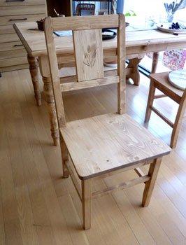 今なら送料無料。麦の穂のワンポイントがかわいいパイン材の板座のカントリーチェアー
