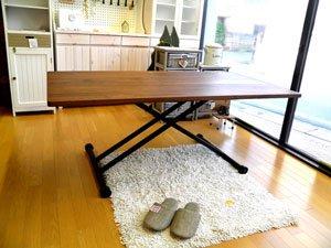 ウォールナット材の素材感溢れる国産150cm幅昇降テーブル