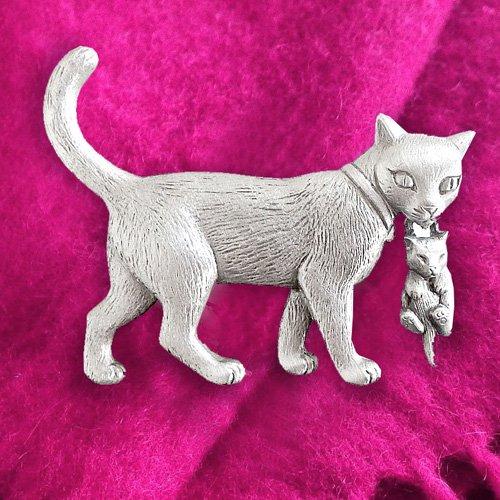 子猫をくわえた猫のビンテージブローチ JJ(ジェイジェイ)