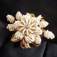 ホワイトビーズのお花のビンテージブローチ MIRIAM HASKELL(ミリアムハスケル)
