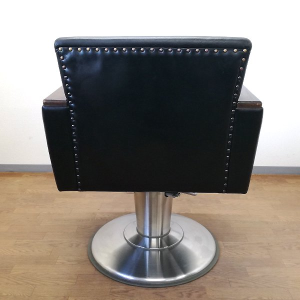 <img class='new_mark_img1' src='https://img.shop-pro.jp/img/new/icons5.gif' style='border:none;display:inline;margin:0px;padding:0px;width:auto;' />【中古】タカラベルモント 『Vintage Chair (ビンテージチェア) 本革ブラック』 ★希少限定1台!