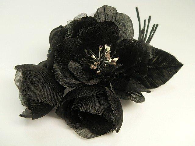 黒い野薔薇と四弁花のブーケ